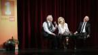 Peter Bichsel, Eliana Burki und Dani Fohrler auf der Bühne.