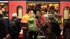 Eine offene Zugtüre, Dutzende Menschen wollen einsteigen