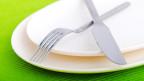 Ein leerer Teller mit Besteck.