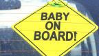 «Baby on Board»-Schild an der Heckscheibe.