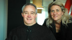 Peter Lude posiert mit Moderatorin Sandra Schiess im Radiostudio.