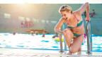 Eine Frau im Bikini hat sich beim Schwimmen verletzt.