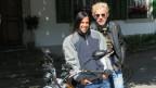 Literaturredaktorin Annette König mit Krimi-Autor Michael Theurillat auf Motorradtour vor dem Gasthof Krone in Sihlbrugg.