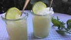 Zwei Weckgläser mit Zitronen-Wodka-Granita.