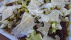 Nahaufnahme von einem Trockenfleisch-Carpaccio mit Stangensellerie und Parmesan