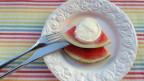 Teller mit Wassermelone und Mozzarella drauf.