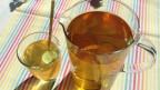 Glas mit Grüntee und Krug mit Grüntee