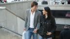 Paar verlässt Metro und tritt auf Strasse