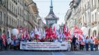 Menschen demonstrieren in der Berner Altstadt.