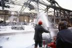 Feuerwehrleute, die versuchen, den Brand in Schweizerhalle 1986 zu löschen