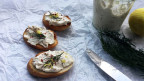Bild mit Forellen-Mousse auf Baguette Scheiben.