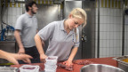Eine Angestellte beim Kochen.