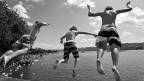 Buben springen am Zürichsee ins Wasser