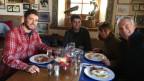 Ralph Pichler sitzt mit seinen zwei Söhnen und seiner Frau Marla an einem Tisch im Starthaus der Bobbahn von St. Moritz. Alle essen Spiegeleier mit Röschti.