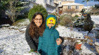 Catherine Loverti posiert mit ihrem Sohn für ein Bild.