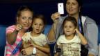 Ein Nanny und Mirka Federer haben im Stadion je ein Mädchen auf dem Schoss.