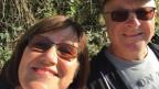 Heidi Lundberg und ihr Mann Bror Krister Lundberg, strahlen bei Sonnenschein in die Kamera.
