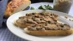Baguette-Scheiben mit Hühnerleber-Paté.