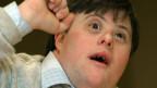 Porträt eines jungen Mannes mit Down-Syndrom.