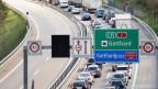 Autos stauen sich auf der Gotthardautobahn.