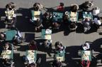 Viele Leute sitzen in einem Strassenkaffee.