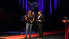 Hazel Brugger erhält von Moderator Gabriel Vetter den Salzburger Stier 2017 überreicht