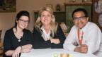 Die Wirtin Jeanine Schilder und der Wirt Prasad Bharanya sitzen an einem Tisch mit Sandra Schiess.
