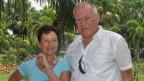Kaspar Truninger mit Frau Thérése. Sie stehen in ihrem Garten in Rayong, Thailand