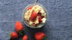 Eton Mess mit Erdbeeren, Rahm und Haselnuss-Meringues.