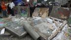 Teile der Berliner Mauer liegen zerstört am Boden.