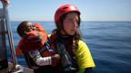Eine Mitarbeiterin der spanischen NGO «Proactiva Open Arms» mit einem Flüchtlingskind in der Nähe von Sabratha, Libyen.