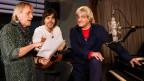 Schöre Müller, Adrian Stern, und Hanery Amman stehen zusammen an einem Klavier