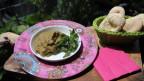Gemüsedipp und frischen Pfefferminz in einem Teller, dazu Brot.