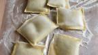 Ungekochte Maultaschen im Mehl.
