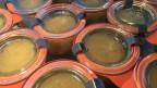 Apfelmus in kleinen Weck-Einmach-Gläsern gefüllt.