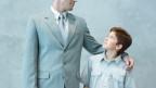 Vater legt Arm um Schulter seines Sohnes.