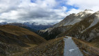 Blick in die Berglandschaft und auf einen Wanderweg.