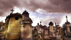 Grabsteine auf einem Friedhof.