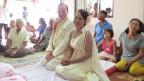 Ueli Sutter mit seiner thailändischen Frau Phantip kniend vor dem Hochzeitsaltar.
