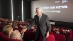 Der Schweizer Regisseur Rolf Lyssy (81) begrüsst in einem vollen Kinosaal am Zurich Film Festival das Publikum.