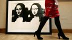Mona Lisa Bild und atraktive Frau am Vorbeilaufen.