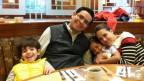 Kathrin Siegrist sitzt mit ihrem Mann und ihren zwei Buben an einem Tisch im Restaurant.