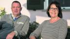 Beatrice Strässle sitzt mit ihrem Partner auf einer Bank vor ihrem piemontesischen Haus.