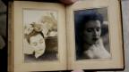zwei alte Schwarzweissfotos von zwei Frauen in einem Fotoalbum.