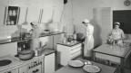 Blick in eine Kantinenküche von 1955.