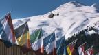 Internationale Fahnen hängen am Davoser Kongresszentrum.