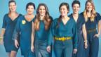 Sechs Frauen in bleider Kleidung und gelben Schuhen bilden Haerz
