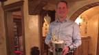 Butler Hanspeter Vochezer mit einem Champagnerkübel in der Hand.