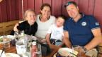 Beatrice Archer sitzt mit ihren Zwillingen Emelie und Oliver und Eheman David am Mittagstisch.