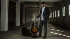 Pascal Geiser mit Gitarre in einer Fabrikhalle
